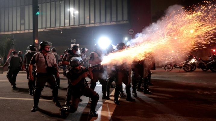 11jun2013---policial-dispara-bomba-contra-manifestantes-durante-protesto-na-avenida-paulista-em-sao-paulo-contra-o-aumento-das-tarifas-de-transporte-publico-1371017169168_1920x1080